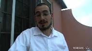 """¿Por qué los judíos ortodoxos se visten de """"blanco y negro""""? La prohibición de usar prendas de lino y lana. Vestirse para rezar. Prendas de Shabat. La kipá. El Tzniut, recato. Halajá en la Parshá Parshat Tetzave compartido por el rabino Bentzy Shemtov."""