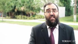 Leon Klein, a Spanish-speaking film actor, took 2 Rabbis, RabbiYossi Srugo- of Chabad Aventura, FL / Mohel andRabbi Velvel Lipskerof the Rabbinical College of Greater Miami,,to the streets of Miami to explain what is Sukkot.