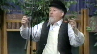 Phil Goldig sings this yiddish song with animation and charisma.